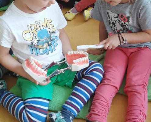 Otrok se uči samostojno umiti zobe